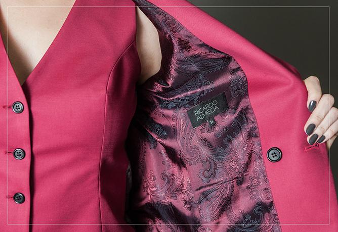 Sensual com informação de moda: colete usado sem camisa + o detalhe do forro do blazer.